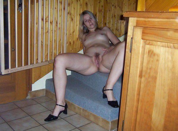 femme-francaise-nue-dans-les-escaliers-2127146